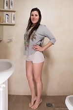 Amber strips naked on her toilet to unwind  - pic #1