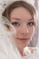 Amber S strips naked in her wedding dress  - pic #1