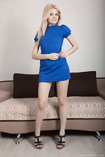 Amuza strips off blue dress to pose naked on bed - pic #2