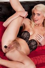 Hairy babe Ashleigh McKenzie is very seductive - pic #15