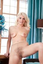 Pantyhose turns hairy girl Ashleigh McKenzie on - pic #8