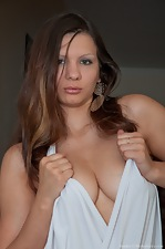 Bianka strips down inside to show off her hot body - pic #3