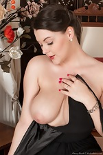The classy Cherry Blush strips naked on her chair  - pic #5