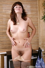 Elena V stretches her pussy with big objects - pic #1