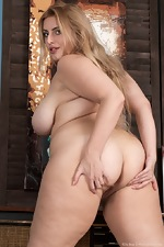 Ellie Roe strips naked and shows off sexy body  - pic #13