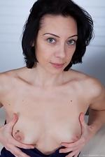 Eva pokes out through the swimsuit - pic #5