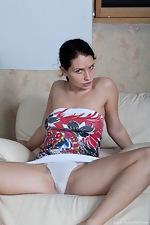 Indy shows off hairy pussy in living room - pic #1