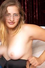 Curvy Jodi licks her nipples on the bed - pic #8