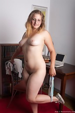 Jodi shows off her hairy curvy body - pic #10