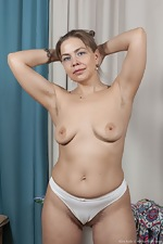 Kira Arda strips nude after sorting her clothes - pic #7