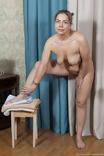 Kira Arda strips nude after sorting her clothes - pic #13