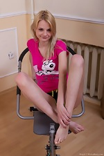 Kira S works out her warm hairy pussy in gym - pic #2
