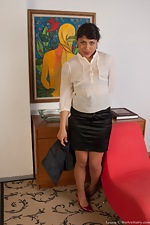 Sexy secretary Laurie gets the job done - pic #2