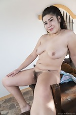 Lesly strips naked in the sunny outdoors - pic #10