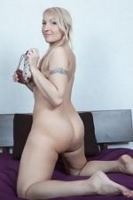 Luiza M masturbates with her vibrator - pic #12