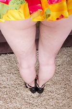 Hairy girl Mary strips off her yellow dress - pic #4