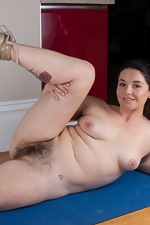 Hairy babe Maxine Holloway enjoys working out too - pic #13