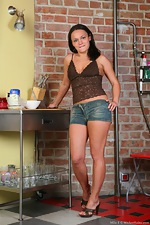Mila Z uses flour to find the wet spot - pic #1