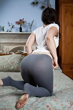 Mona shows her bum and puss - pic #2