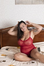 Ramira poses in her red lingerie in bed - pic #1