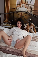 Roxy Mendez alleviates her loneliness - pic #1