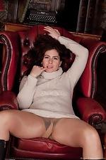 Hirsute model Sharlyn enjoys her new job - pic #1