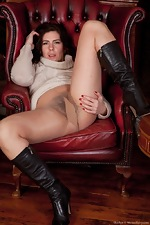 Hirsute model Sharlyn enjoys her new job - pic #4