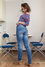 Simona strips from denim jeans to relax - pic #3