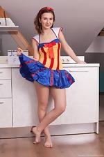 Vanata strips naked dressed as Snow White - pic #1