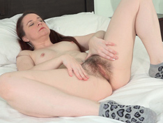 Annabelle Lee has fun being naked in her bed