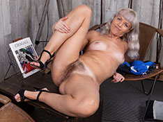 Jessy Fiery masturbates on her wooden chair