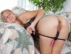 Chloe Camilla pulls on her pussy hair